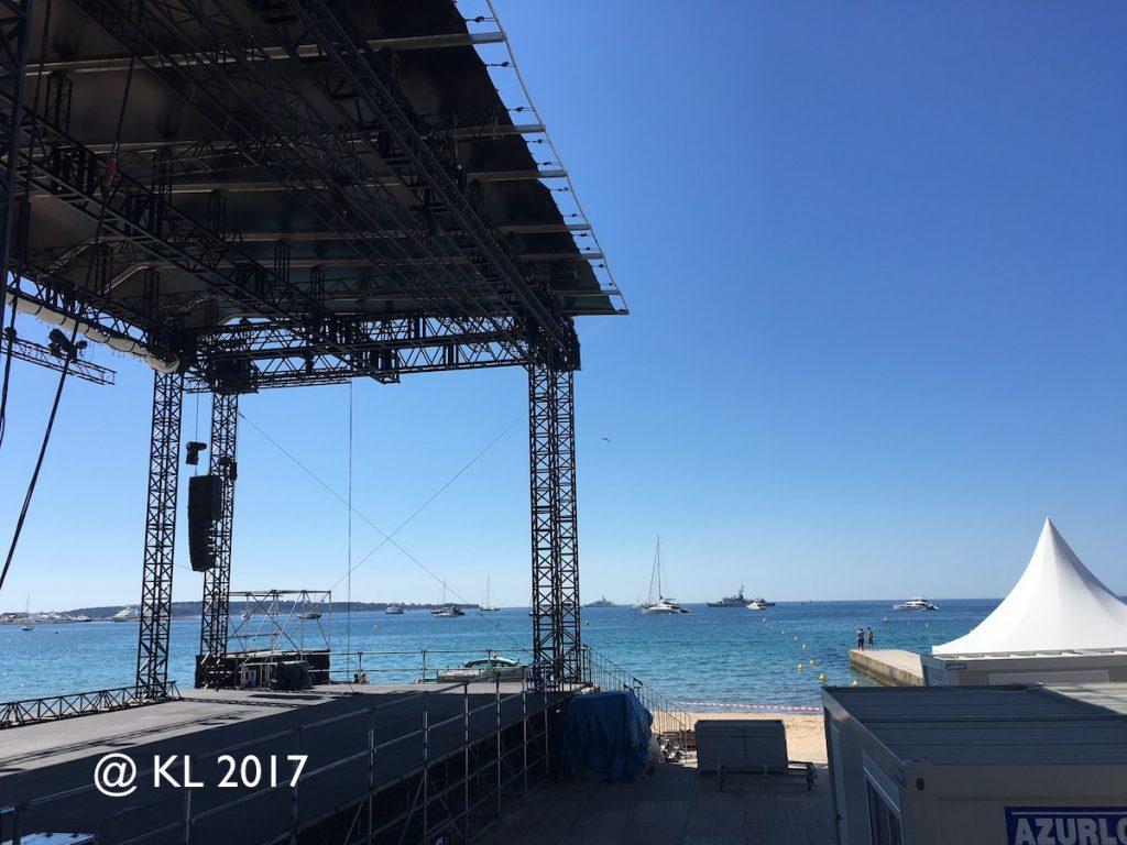 Filmbühne und Pavillon direkt am Strand