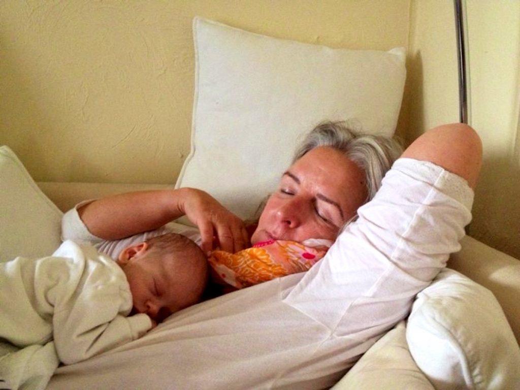 Schlafende Frau mit Baby