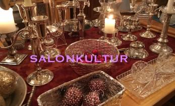 Silber und Kerzen auf dem Tisch